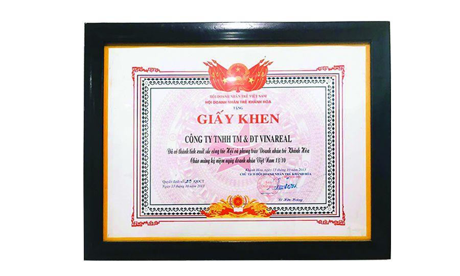 Khen tặng CTY TNHH TM & ĐT VINAREAL có thành tích xuất sắc công tác hội và phong trào DN trẻ Khánh Hoà